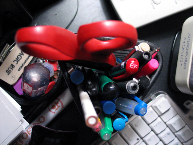 desk-clutter-1530033-640x480